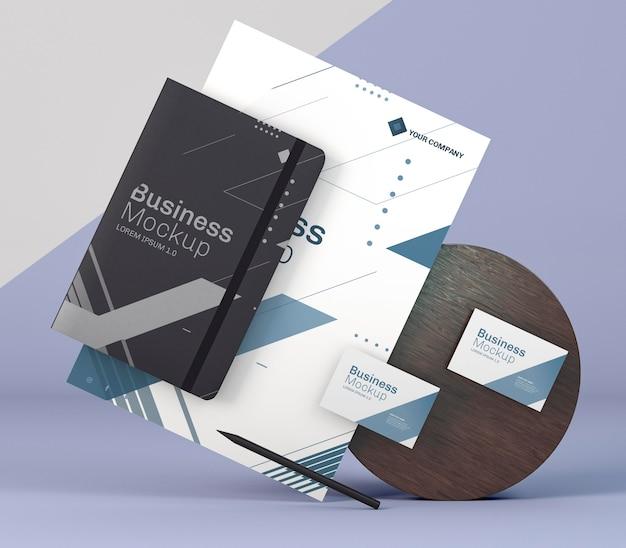 Geschäftsbriefpapiermodell und holzbrett