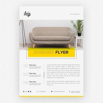 Geschäftsfliegerschablone mit couch im wohnzimmer