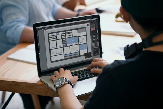 Geschäftsfrau, die an einem laptop-bildschirmmodell arbeitet