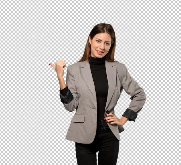 Geschäftsfrau, die auf die seite zeigt, um ein produkt zu präsentieren