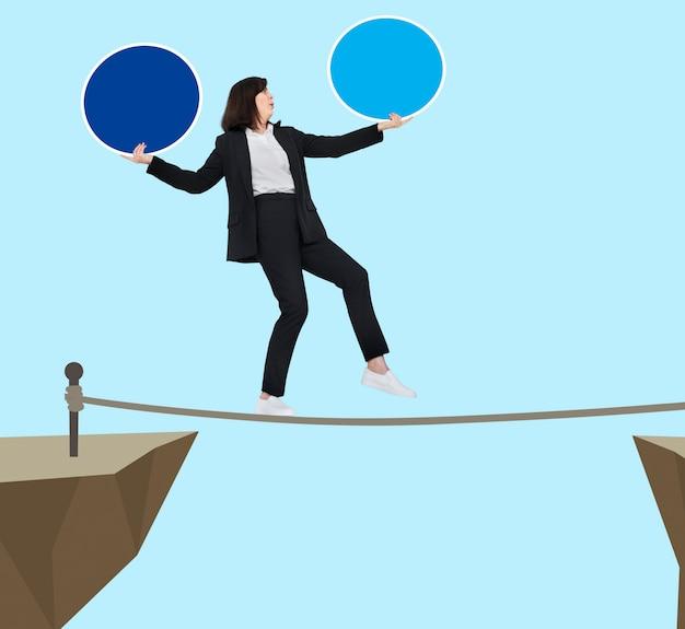 Geschäftsfrau, die auf einem seil balanciert