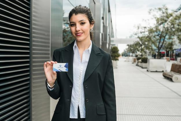 Geschäftsfrau, die besuchskartenschablone hält