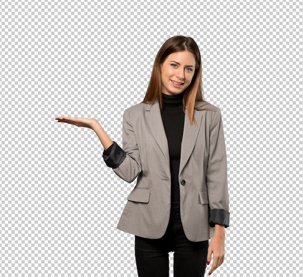 Geschäftsfrau, die copyspace imaginär auf der palme hält, um eine anzeige einzufügen