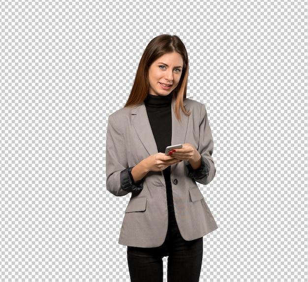 Geschäftsfrau, die eine nachricht mit dem mobile sendet