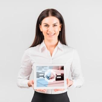Geschäftsfrau, die tablettenmodell für werktag hält