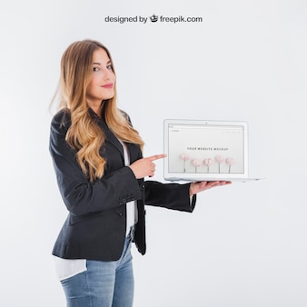 Geschäftsfrau präsentiert tablette