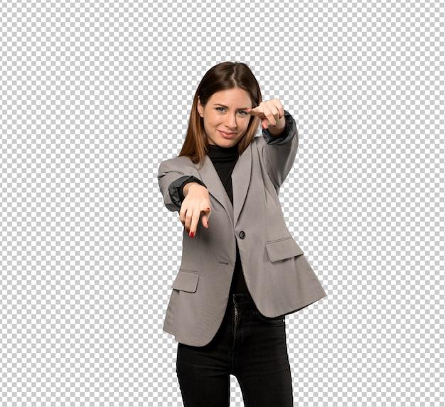 Geschäftsfrau zeigt finger auf sie beim lächeln