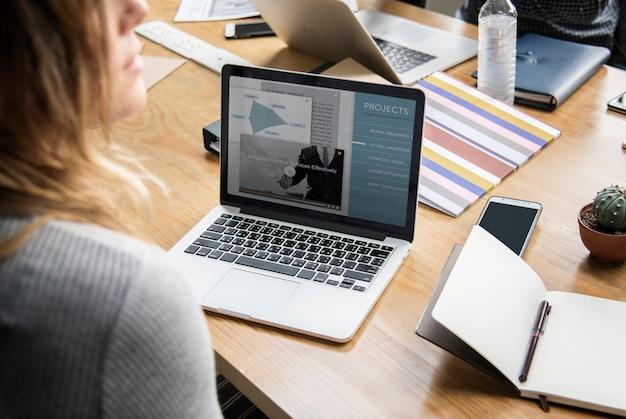 Geschäftsleute, die mit laptop arbeiten