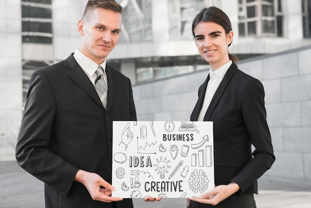 Geschäftsleute, die papiermodell halten