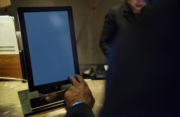Geschäftsleute, die über arbeit unter verwendung der tablette sich besprechen