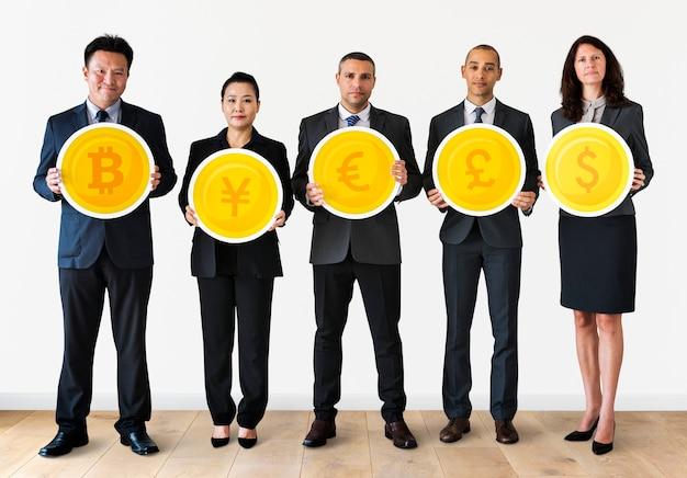 Geschäftsleute, die währungsikonen stehen und halten