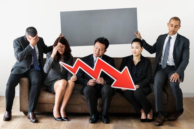Geschäftsleute, die zusammen mit statistikikone sitzen