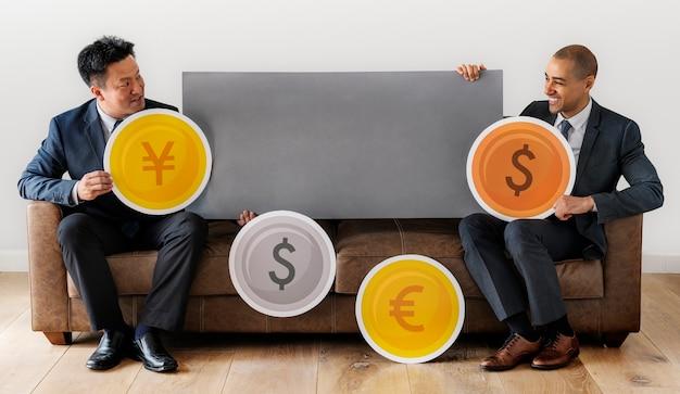 Geschäftsmänner mit finanziellem investment konzept