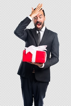 Geschäftsmann, der ein geschenk hält
