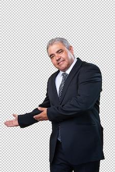 Geschäftsmann, der eine willkommene geste tut