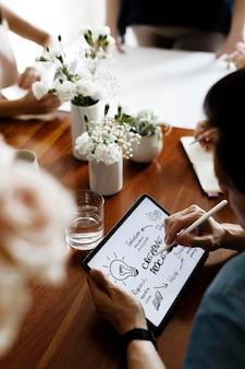 Geschäftsmann, der einen kreativen prozess auf einem digitalen tablet-modell durchführt