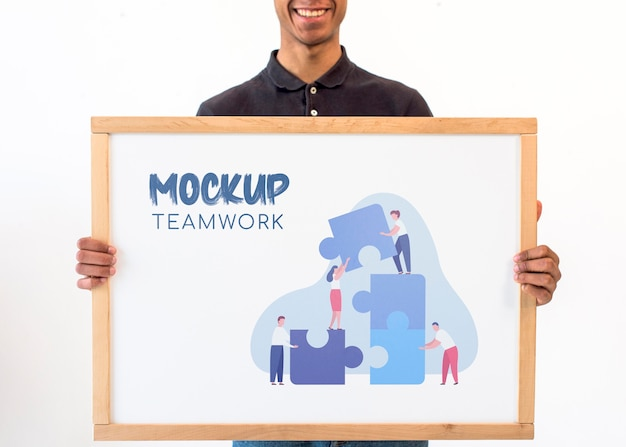 Geschäftsmann, der teamarbeitsmodell hält
