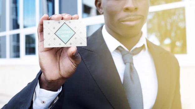 Geschäftsmann, der visitenkarte zeigt