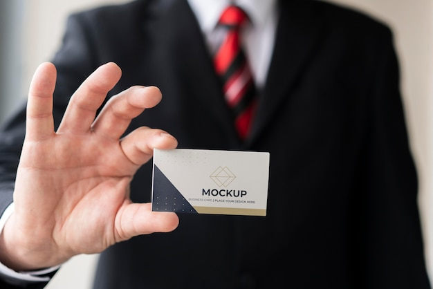Geschäftsmann, der visitenkartenmodell hält