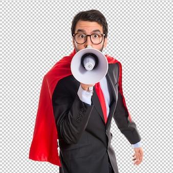 Geschäftsmann gekleidet wie der superheld, der durch megaphon schreit