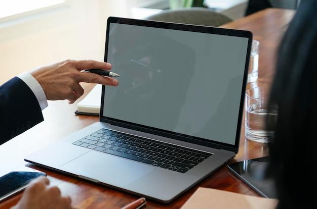 Geschäftsmann mit einem laptop-mockp
