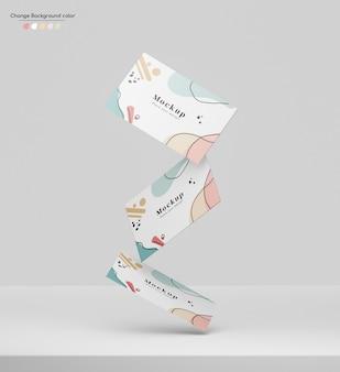 Geschäftsminimales visitenkartenmodell, das auf eine plattform fällt