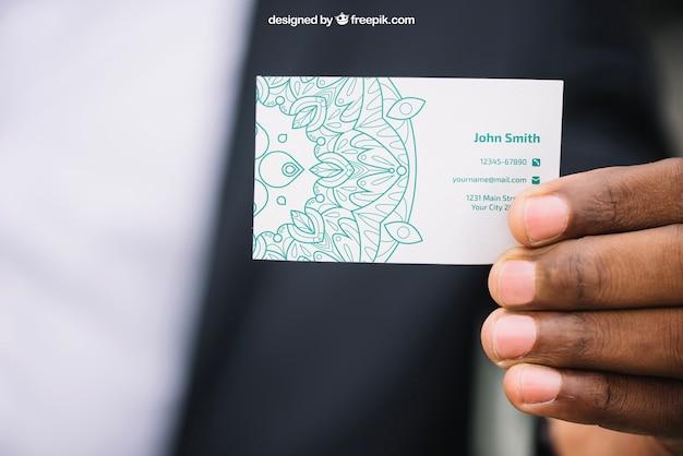 Geschäftsmodell mit der hand, die visitenkarte zeigt