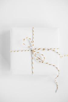 Geschenkbox auf einem tisch mit minimalistischem modell
