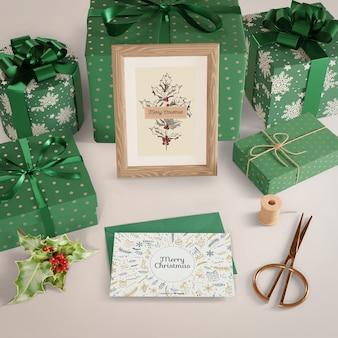 Geschenke eingewickelt im dekorativen papier auf tabelle