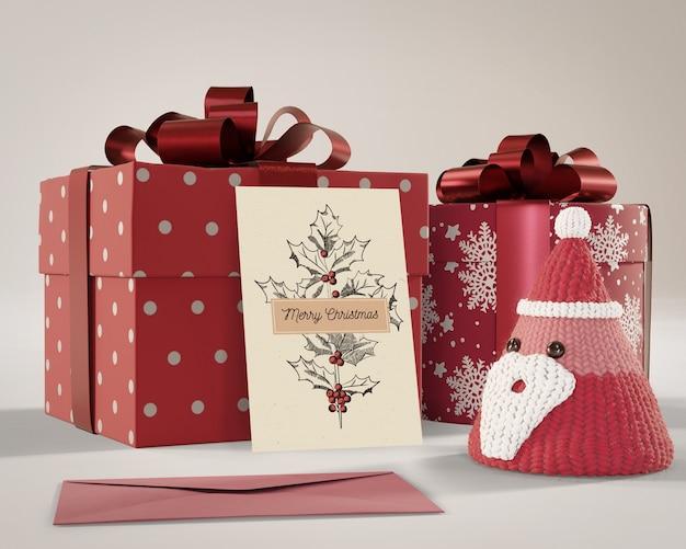 Geschenke eingewickelt im roten papier mit karte an