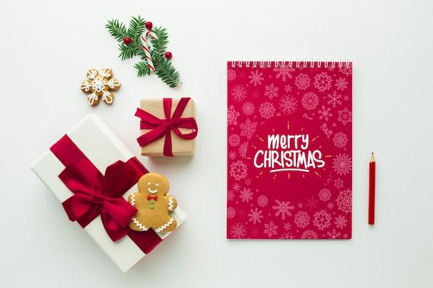 Geschenke mit notizblock und festlichen weihnachtsdekorationen