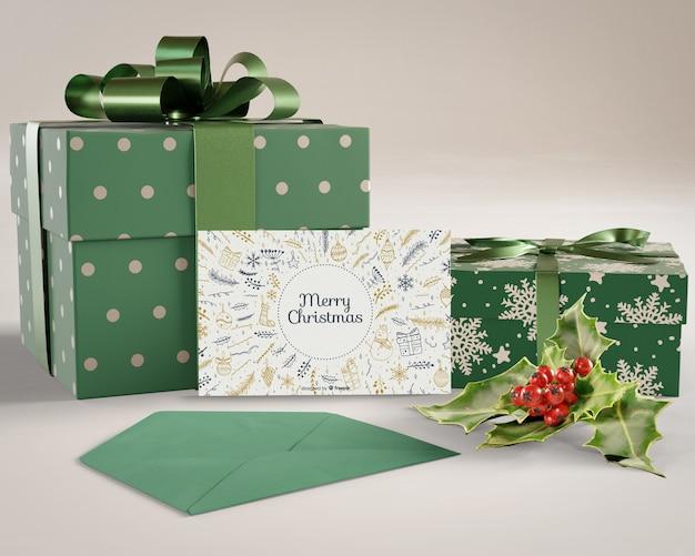 Geschenke und weihnachtskarte vorbereitet