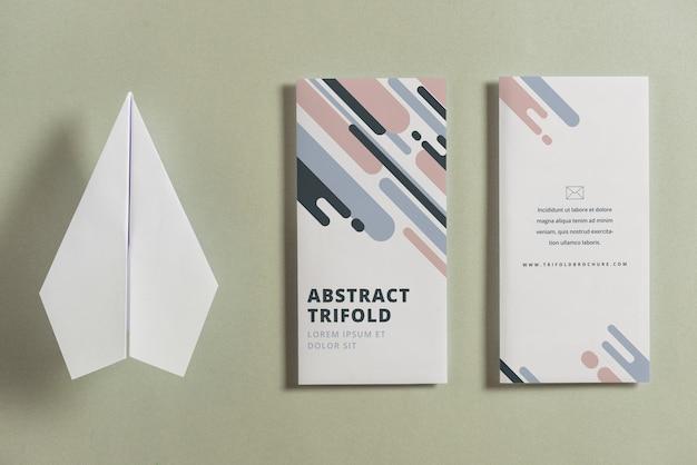 Geschlossenes dreifachgefaltetes broschürenmodell mit papierflugzeug