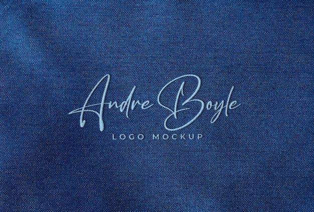 Gesticktes, gesticktes logo-mockup auf blauem stoff