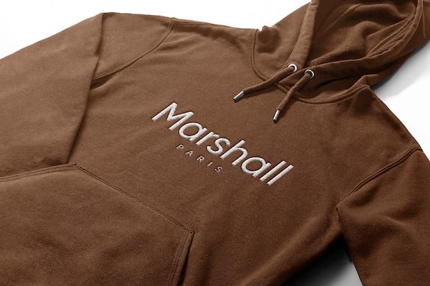 Gesticktes logo-modell im hoodie