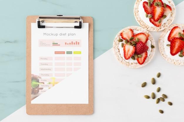 Gesunde snack- und klemmbrettanordnung