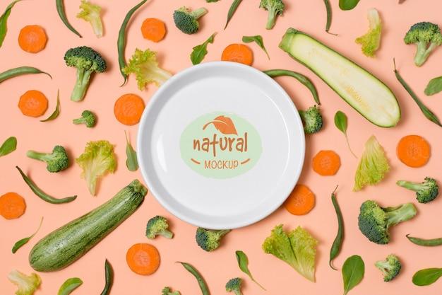 Gesunder lebensmittel-mock-up-teller mit grünem gemüse
