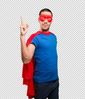 Gewinner-superheld mit nummer eins geste