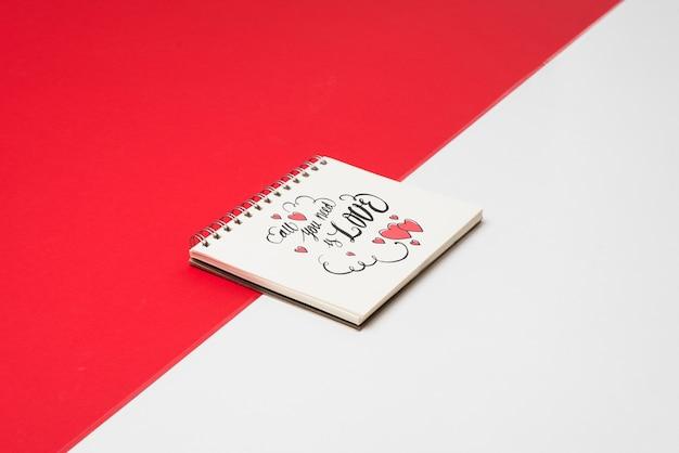 Gewundenes notizbuchmodell für valentinsgruß