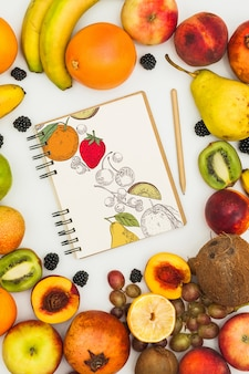 Gewundenes notizbuchmodell mit früchten