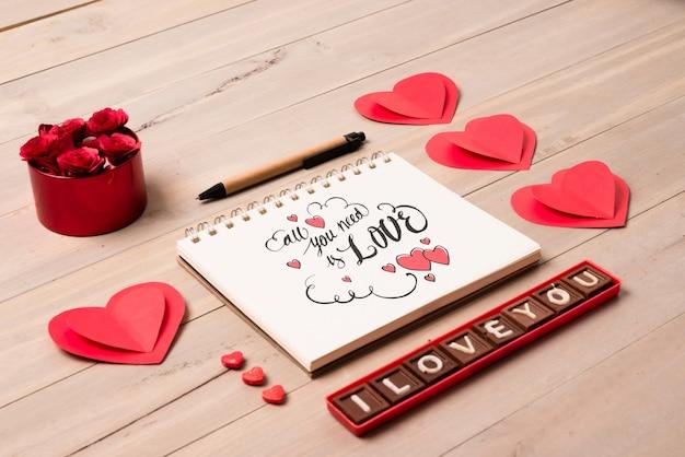 Gewundenes notizbuchmodell mit valentinsgrußkonzept