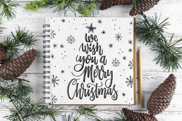 Gewundenes notizbuchmodell mit weihnachtskonzept
