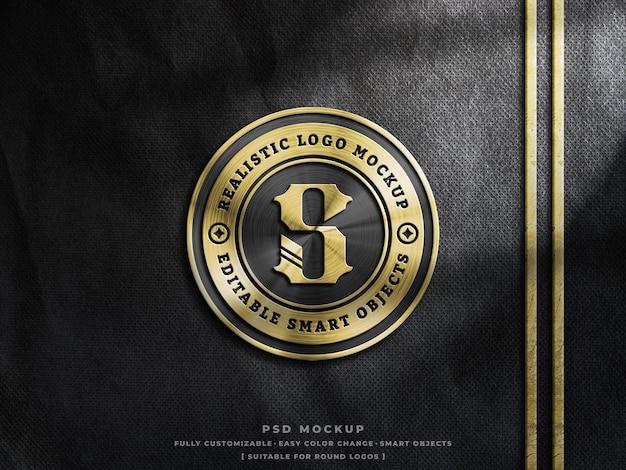 Glänzendes goldenes metallic-logo-mockup auf grobem stoff mit anpassbarem gold-silber- und kupfer-effekt