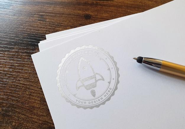 Glänzendes logo auf papierstapelmodell