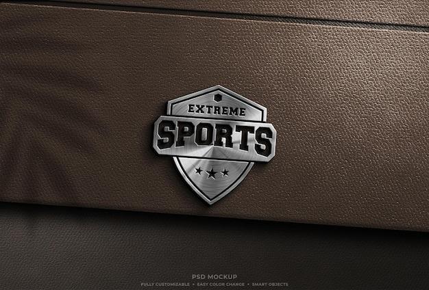 Glänzendes silbermetallisches logo-mockup auf braunem leder