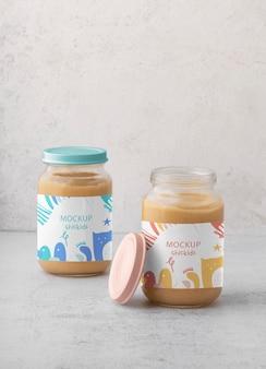 Gläser mit babynahrungs-arrangement