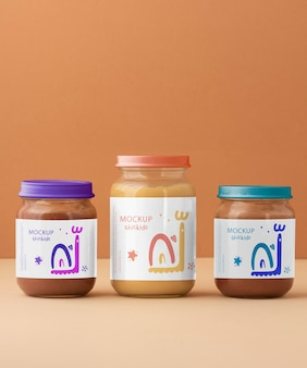 Gläser mit nahrhaftem babynahrungs-arrangement