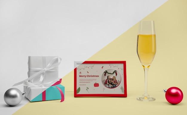 Glas champagner neben einem rahmen mit modell