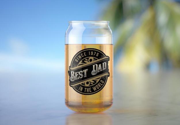 Glas mit bier mit tropischer szene mockup design