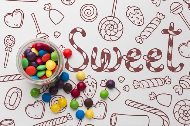Glas mit süßigkeiten auf dem tisch